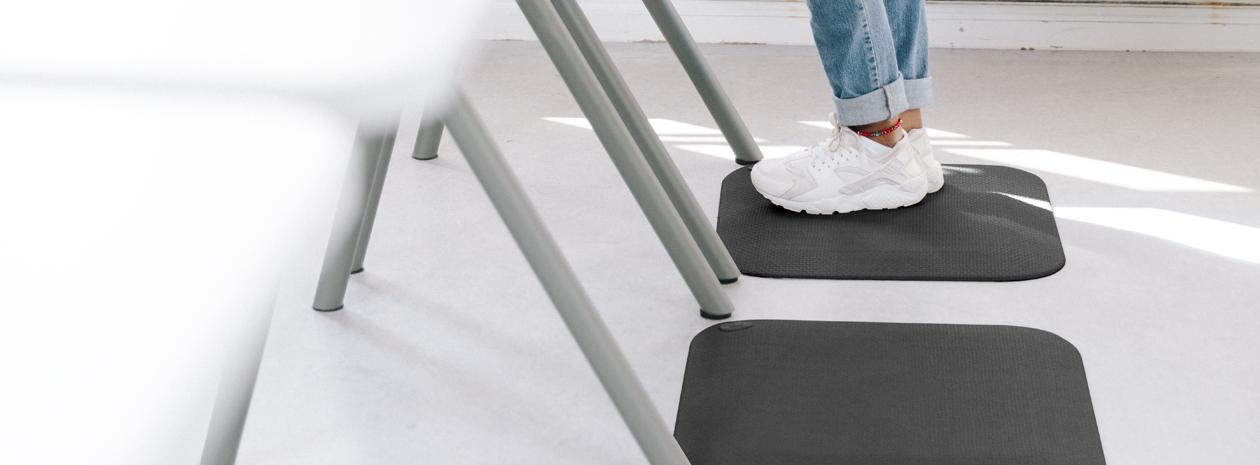 ActiveS Easy Black, en avlastande ståmatta som passar perfekt till skolborden.